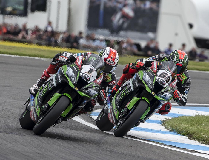 Jonthan Rea, Tom Sykes, race action Donnington