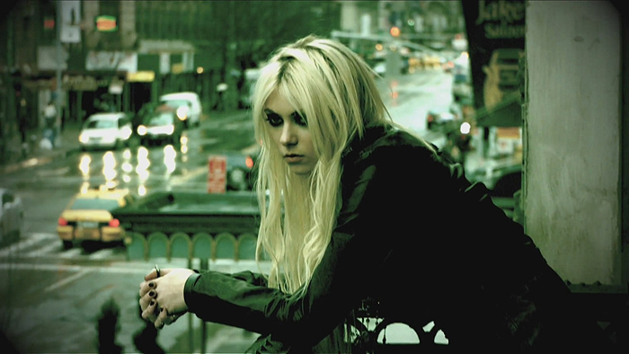 Taylor Momsen balcony photo